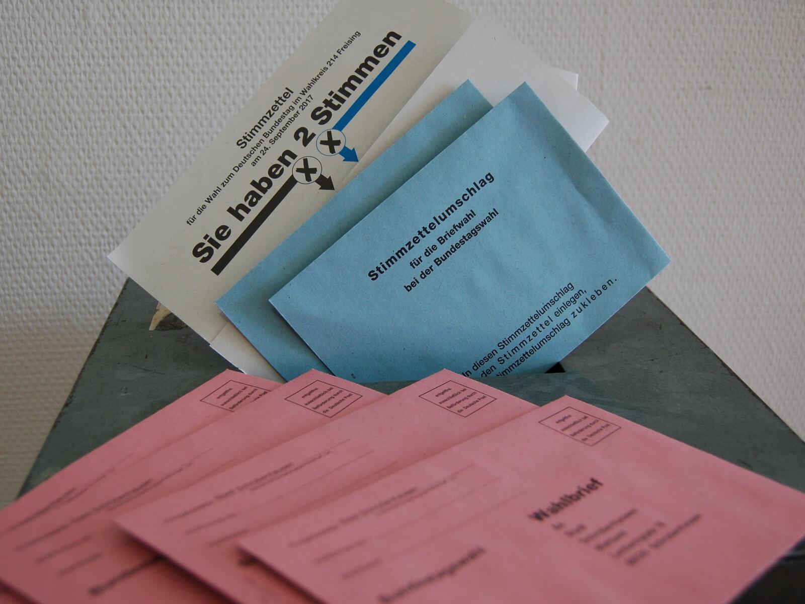 Urne mit Stimmzettel