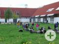 Gruppe im Gartenbereich vom Haus im Moos