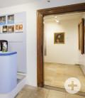 Raum im Erdgeschoss mit Empfangstheke und Blick in die Ausstellung