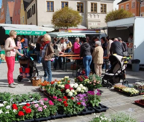 Besucher des Wochenmarktes beim Einkaufen